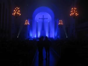 Inne i Annedalskyrkan, 01.15, i väntan på kanadensiska Basia Bulat.